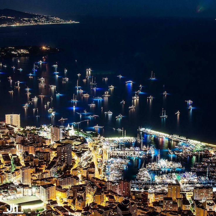 """その価値は100万ドル以上?思わずため息が漏れる""""世界の美しすぎる夜景""""20選  モナコの「エルキュール港」です。""""地中海の宝石""""と称され、お金持ちの国としても有名なモナコの中でもゴージャスなクルーザーが停泊するマリーナ「エルキュール港」の夜景は煌びやかにライトアップされます。"""