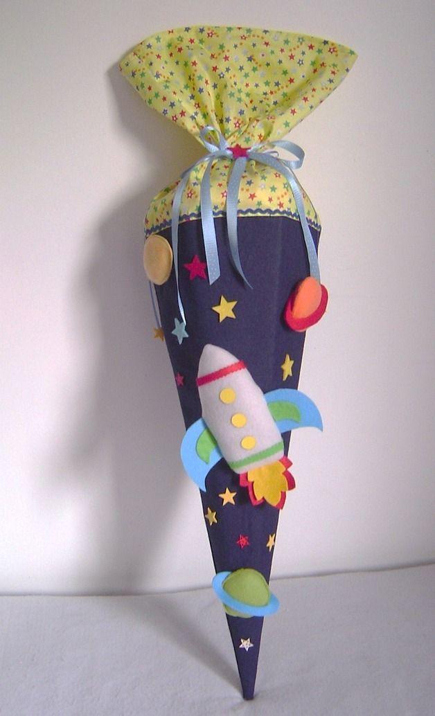 Wunderschöne Schultüte  RAKETE  Aus stabilem Filz in dunkelblau und hochwertigem Baumwollstoff in gelb mit orangen Sternen (anders als auf dem Bild!)   Die Rakete und die Planeten ist aus...