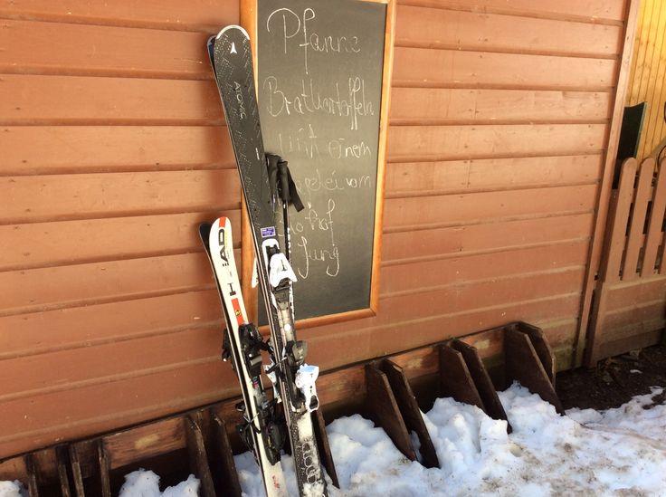 Skier am Rodelhaus an der Mittelstation der #Wurmbergseilbahn #Braunlage
