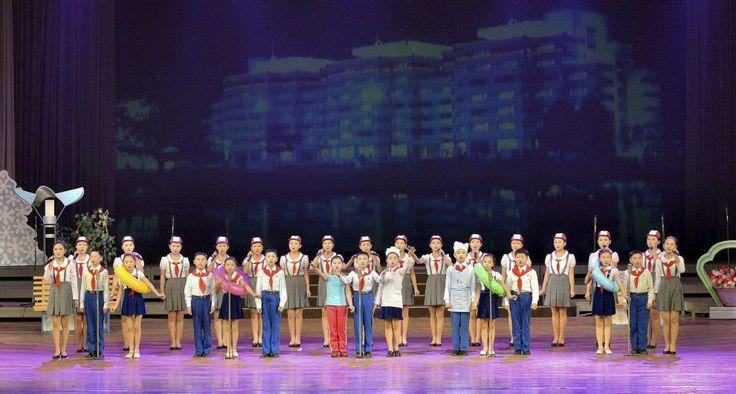 """Addio 2014, benvenuto 2015: la festa di Capodanno nel mondo. Per capodanno al centro giovani di Pyongyang, Corea del Nord, i bambini hanno messo in scena una performance chiamata """"Noi siamo i più felici del mondo"""""""