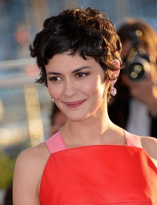 Coiffures de star à adopter : la coupe courte coiffée-décoiffée d'Audrey Tautou. D'autres idées sur http://www.femmeactuelle.fr/beaute/coiffure/coupes-cheveux/modeles-coiffures-de-stars-15383