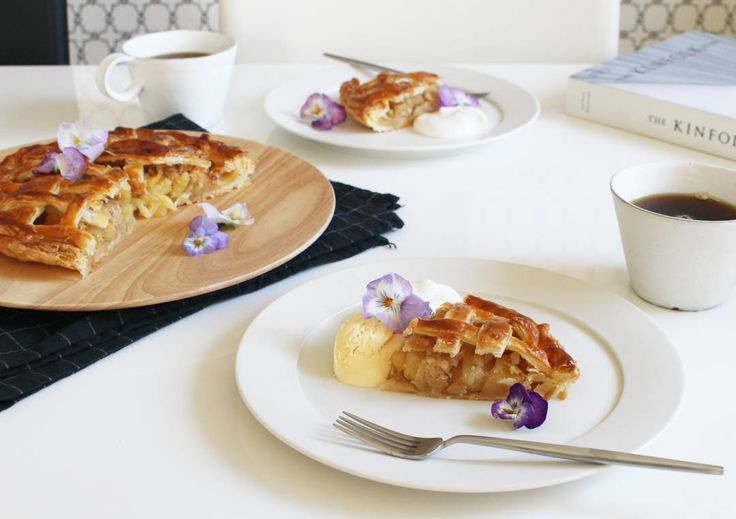 2016.1.15 Coffee break  Apple pie . 昨日焼いたアップルパイ こんがり美味しく焼けました . ただカットする前の写真を撮れなかったのが残念 . KINFOLK HOME  素敵なインテリアの写真が満載で 見てるだけでウットリ 現実逃避するにはもってこいです . . #applepie#homecooking#homemadecake#f52grams#foodpic#foodvsco#foodstyling#foodoftheday#onthetable#feedfeed#KAUMO#KURASHIRU#lin_stagrammer#KINFOLK#KINFOLKHOME#delistagrammer#朝時間#アップルパイ#パイ#大谷哲也#馬酔木誠#アセビマコト#クチポール#デリスタグラマー#エルアターブル#ELLEATABLE#エルアターブルバレンタイン by kyoko163