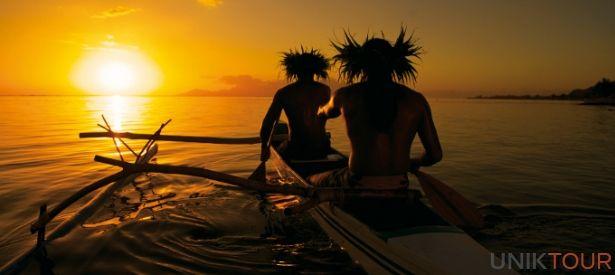POLYNÉSIE FRANÇAISE ET TAHITI : La Polynésie c'est bien sûr Tahiti, l'île principale, point d'arrivée des vols internationaux. On s'y arrête pour découvre la culture des premiers peuples Maori, marcher sur une plage de sable noir, s'initier au surf et bien d'autres activités.