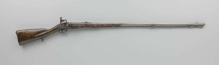 Jan van Wijk (?-1729) | Vuursteenjachtgeweer, Jan van Wijk (?-1729), 1700 - 1710 | Jachtgeweer met vuursteenslot in reliëf gebeiteld en gegraveerd met bladmotieven; de slotplaat is gegraveerd met een masker en signatuur, en op de binnenzijde gemerkt met een S. De loop is in relëf gebeiteld en heeft achterop een verheven vlak gestempeld met het wapen van Utrecht binnen een banderol gegraveerd met het signatuur; onderop gestempeld met een gekroond hart; korrel van geelkoper net als het…