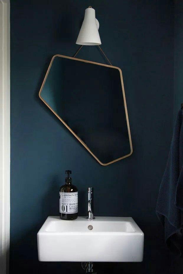 Lustro z nietypowym kształtem - pięciokątne, ciekawe zastosowanie w klasycznej łazience, nadające jej niepowtarzalny wygląd.