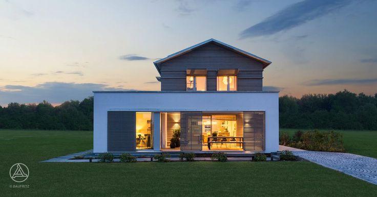 Mit seinem Satteldach-Haupt- und den Flachdach-Nebenbaukörpern zeigt die Architektur des Musterhauses klassische Bauformen sowie kubische Elemente – Baufritz Ökohaus Musterhaus NaturDesign