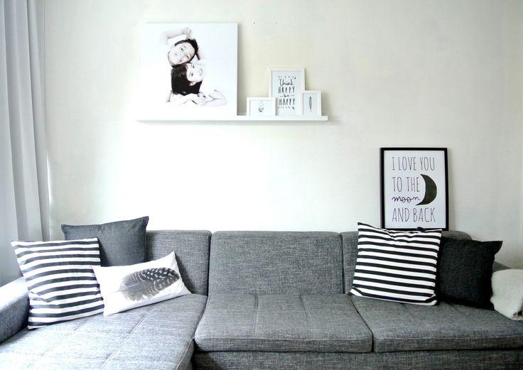 Door een fotoplank boven je bank te bevestigen kan je al je foto's eenvoudig kwijt. Bijkomend voordeel: je kan snel wisselen zonder gaten in de muur achter te laten.