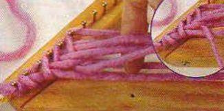 #10 Punto espiga en bastidor triangular 10 – Tejer y enganchar la hebra en el clavo siguiente. Llevarla hacia el lado derecho y realizar el tejido. En este punto, al marcar la pasada como corresponde quedará suelto el último hilo, por lo cual (sólo en este caso) deberá cambiarse su posición para que quede trabado.