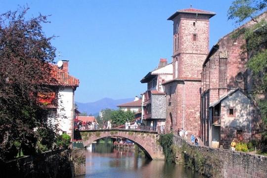 Etapesur lechemin de Saint-Jacques-de-Compostelle, Saint-Jean-Pied-de-Port est un charmant village bâti au confluent de trois rivières et au pied du col de Roncevaux, dans l'arrière-pays basque.