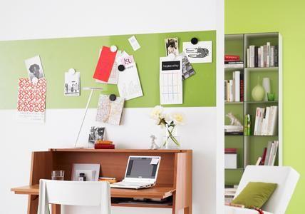 Magnetfarbe und Tafelfolie machen die Wand zum Allzweck-Board am Schreibplatz. Dazu einen gewünschten Streifen mit Magnetfarbe streichen. Nach dem Trocknen...