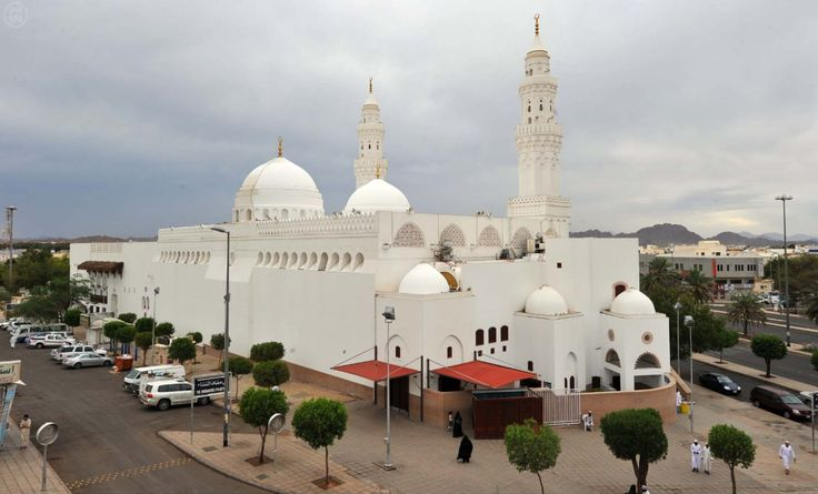 Masjid ini mula-mula dikenal bernama Masjid Bani Salamah. Letaknya sekitar 5 Km barat daya Madinah, berdekatan dengan Masjid Quba'. Pada permulaan islam, orang melakukan shalat menghadapkan qiblatnya ke Baitul Maqdis, Masjidil Aqsha.