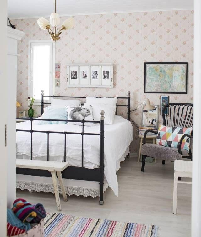 Uuden talon makuuhuone on sisustettu herkkään mummolatyyliin.   Unelmien Talo&Koti Kuva: Hanne Manelius Toimittaja: Ilona Pietiläinen