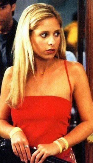 Sarah Michelle Gellar What is she looking at?!