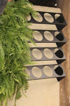 Sistema de módulos para parede verde, de fácil instalação e manutenção. Cada furo no suporte recebe uma cuia de plástico nº21, formando o jardim vertical. O sistema aceita irrigação. Qualquer dúvida favor entrar em contato. <br>Boas compras!