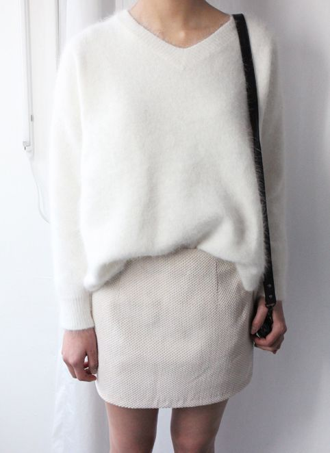 モヘアニットはこう合わせる!  ヘルシーガーリーに着こなすならボトムは淡いベージュのスカート  ヘルシーガーリーに着こなすならボトムは淡いベージュのスカート 出典: https://jp.pinterest.com Vネックの肌見せ白モヘアニットに合わせるなら、ボトムは優しい色味で。体にフィットしない、ゆったりしたタイプのニットをざっくりウエストインしてこなれ感を出しましょう。冬の可愛すぎないヘルシーなコーディネートになります。今っぽくするならゴールドの華奢なアクセを加えて。  ヘルシーガーリーに着こなすならボトムは淡いベージュのスカート