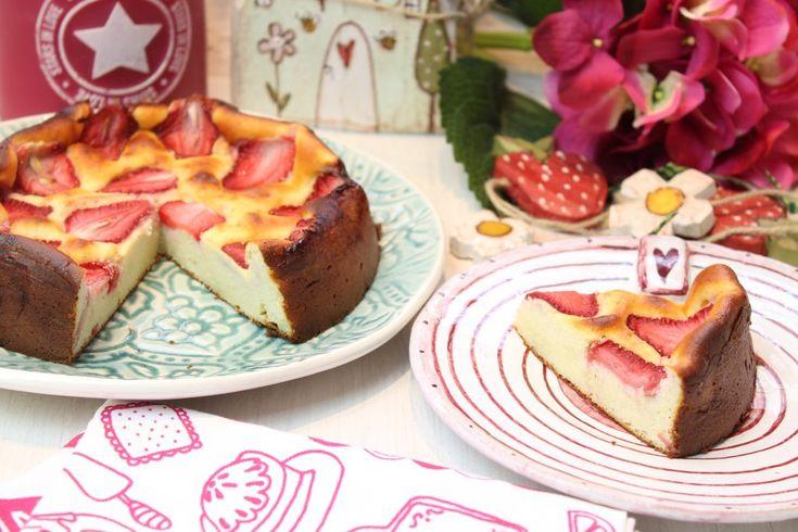 Ein kleiner feiner Erdbeerkuchen. Kuchen aus Schmand, mit weißen Schokodrops und vielen leckeren Erdbeeren. Low Carb Rezepte von Happy Carb.
