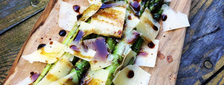 Gegrilde groene asperges met parmezaanse kaas, balsamico en zeezout