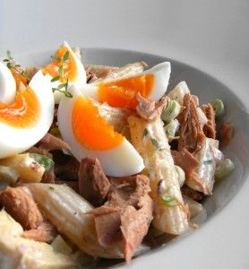 Dejte vařit 250 g penne. Nakrájejte si jarní cibulku na jemno a přidejte 2 lžíce bíleho jogurtu, lžičku majonézy, sůl a pepř, trochu oregána a lžíci olivového oleje. Uvařené těstoviny...
