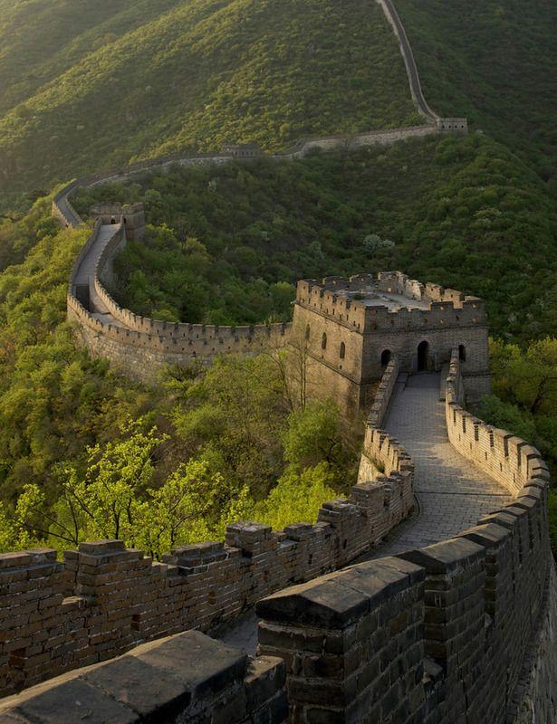 La Gran Muralla China es una fortificación china, construida en el siglo 4 a.C. y reconstruida en el siglo 16, fue hecha para proteger al imperio chino de los ataques de los nómadas xiongnu de Manchuria y Mongolia. Aunque actualmente solo se cuenta con el 30% del largo de la muralla original, se calcula que tomando todas sus construcciones secundarias y ramificaciones, tuvo una longitud de alrededor de 8851 kilómetros, y en promedio mide 4 a 5 metros de ancho, y de 6 a 7 de alto.