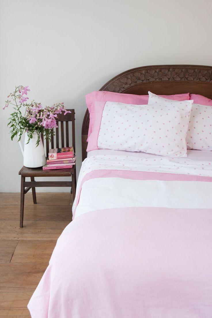 OLIVIA. Una línea para subrayar: Tejidas en 180 hilos de puro algodón, las sábanas de arriba tienen un vivo de color que contrasta con los motivos delicados de la tela, componiendo un dibujo sin estridencias.