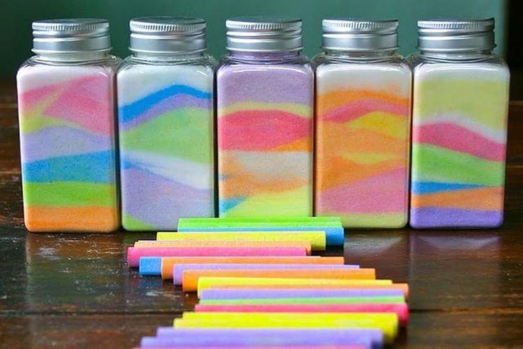 Erg leuk om te doen nodig: papier stoepkrijt zout een glazen potje,  je doet gewoon wat zout op het papier en dan met het stoepkrijt eroverheen, en dat giet je dan in het potje, zo krijg je leuke effecten!