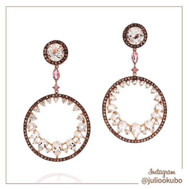 Lindo brinco em Ouro Rosê com Topázios Brancos, Turmalinas Rosa e Quartzos Fumê. #jewellery #jewelry #handmade #pearls #perolas #diamonds #juliookubo #noivas #bridal #joiasparanoivas #luxury #iguatemisp #topazio #quartzo #Turmalina