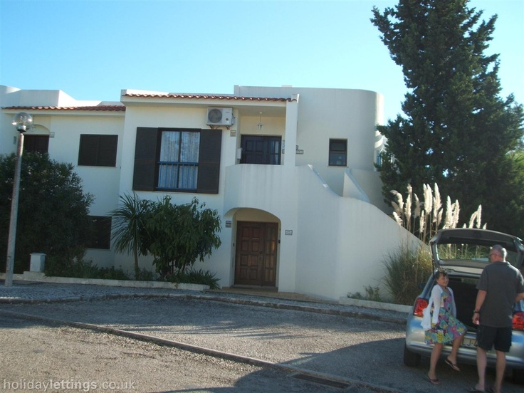 2 bedroom apartment in Carvoeiro to rent from £300 pw, with a shared swimming pool and a tennis court. Also with balcony/terrace, air con, TV and DVD.
