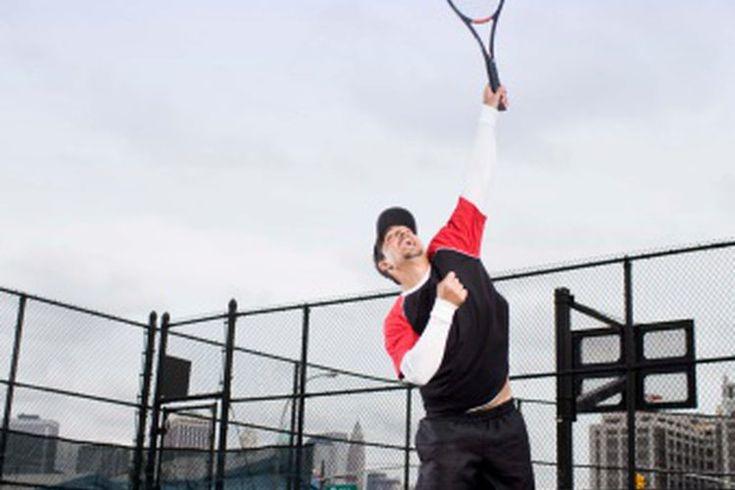 Tipos de golpes de tenis. El tenis comprende tres movimientos básicos con docenas de sutiles variaciones para cada uno. Si bien puedes desarrollar tu propio estilo de tiros y técnicas, necesitas dominar los golpes fundamentales. Trabaja en mejorar la mayor cantidad de diferentes tipos de golpes de ...