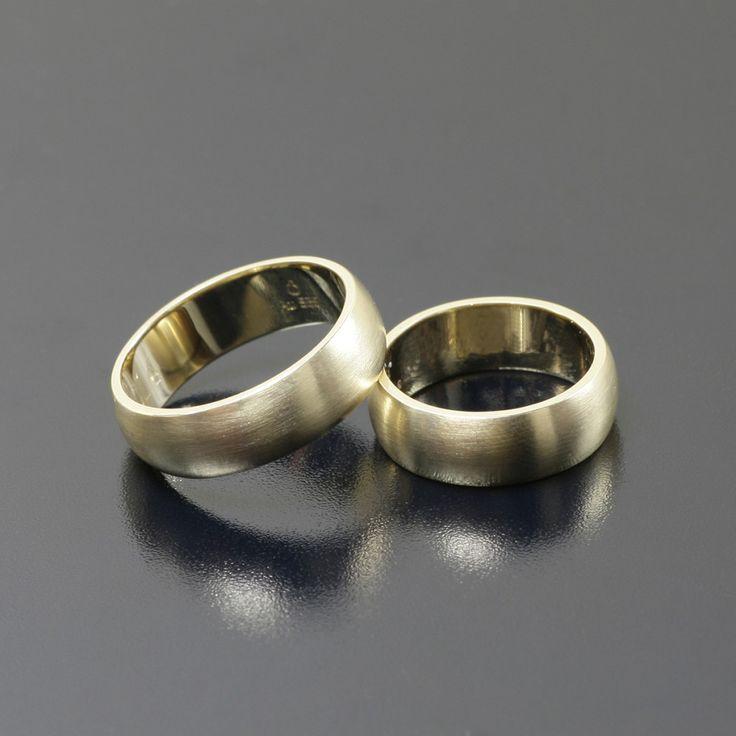 Złote obrączki ślubne, faktura satyna