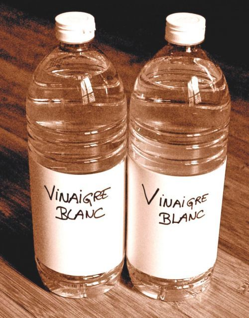 Le vinaigre blanc détache les fruits rouges Le vinaigre blanc est sans doute LA meilleure solution pour éliminer les taches de fruits rouges. Il faut frotter la tache tout simplement avec un chiffon imbibé de vinaigre blanc. Il peut également, comme le citron, l'eau froide ou encore l'alcool, venir à bout de taches de chocolat persistantes.