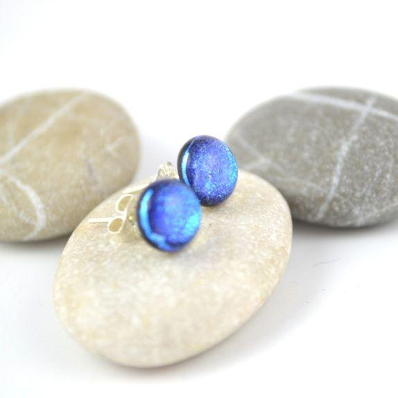 Øredobber, mellomblått dichroic glass 2  Handcrafted glassjewelry dichroic glass. Earstuds.