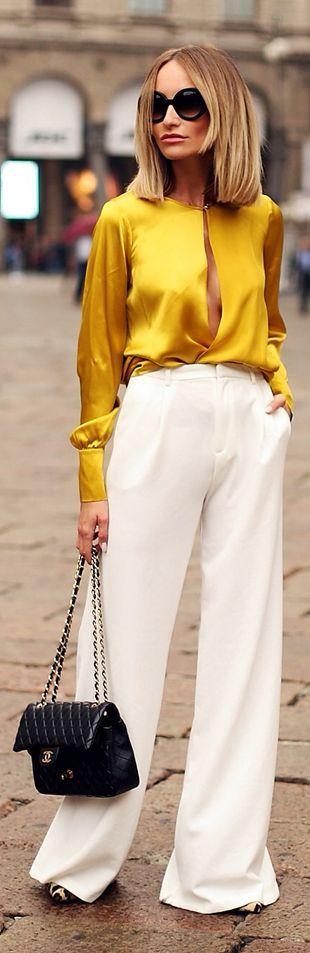 Blusa amarela perfeita de cetim com calça pantalona branca