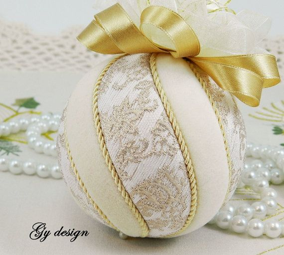 This ornament is made with gold model special fabrics ( brocarde ) and cream velvet used techniques kimekomi. This ornament is of my own design and is carefully handmade with love. It will sparkle on your Christmas tree or displayed on a stand. Its a perfect gift for the family or friends.  Measurements: 3 1/4  ( 8 cm ) in diameter, with the bow is 4  ( 10 cm ) tall.  Can also be made in other color velvet combination. Please choose your color choices and I will happily make the ornament as…