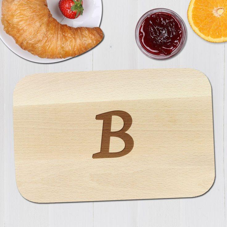Frühstücksbrett mit Initialen. Unser personalisiertes Brettchen mit Gravur ist ein edles Frühstücksbrettchen. Ihren Wunschinitialen gravieren wir. #Iniitialen #Frühstücksbrett #Geschenk #Holz #Gravur