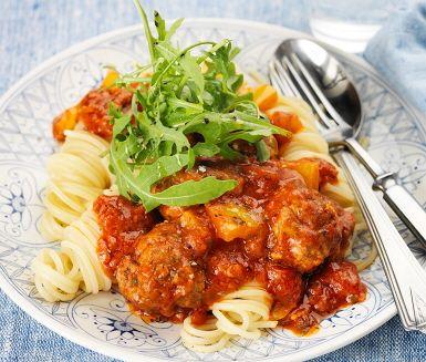 Köttbullar är en storfavorit i många familjer! Dessa bullar är gjorda på kalvfärs som smaksatts med timjan och rostad lök. Hastigt steks de i en stekpanna tills en fin färg träder fram. Tillsätt paprika och sedan pastasås och låt det sjuda. Servera med nykokt pasta och toppa med ruccola!