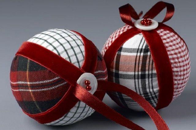 Ecco come realizzare palline di Natale con la tecnica del patchwork e le idee migliori con il fai da te.