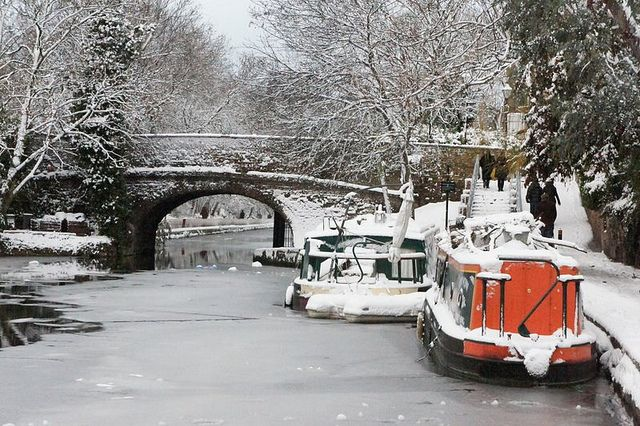 Narrowboats amongst surface ice by the london eye, via Flickr
