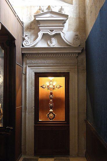 Es difícil destacar alguna pieza entre tanta magnificencia, pero personalmente me quedo con la cruz de oro y carey que nos encontramos tras las dos pequeñas puertas del fondo, que conducen a un pequeño pasillo que nos llevará a la Sala de Cabildos.