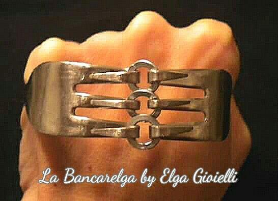 """Bracciale realizzato con forchette e rondelle  Visita la pagina Facebook """"La Bancarelga by Elga Gioielli"""" Metti """"mi piace""""  Remember to like on my Facebook page """"La Bancarelga by Elga Gioielli""""  #gioielli #jewels #fattoamanoinitalia #fashion #handmade #madeinitaly #artigianato #madewithlove #madewithlove #fashion #pezziunici #bracelet #bracciali #bracciale #posate #forchetta #pastryfork #forchette #fork #forchettadadolce #forchettina #rondelle #washer #ferramenta"""