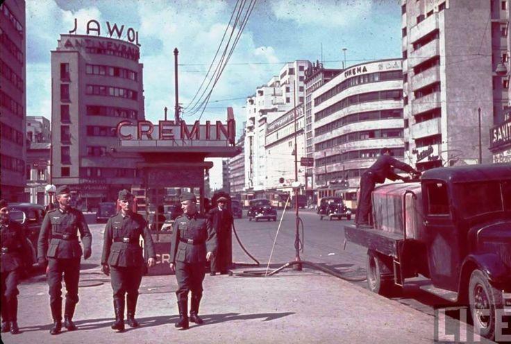 1941, Bulevardul I.C.Brătianu. În spatele soldaţilor se observă intersecţia de la Scala, cu blocuri care mărginesc şi astăzi bulevardul. La cutremurul din 1977, blocul din spatele camionului s-a prăbuşit , fiind ulterior reconstruit. Foto Hans Jager, LIFE