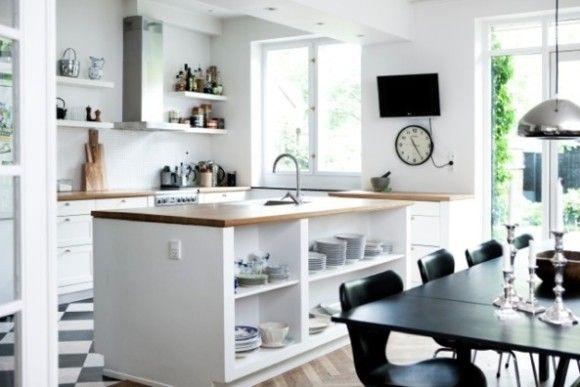 Esta casa tan espaciosa de #Copenhague se construyó en 1931, por un famoso arquitecto danés. Cierra la ojos e imagínate experimentando con tus nuevas recetas en esta fabulosa cocina...