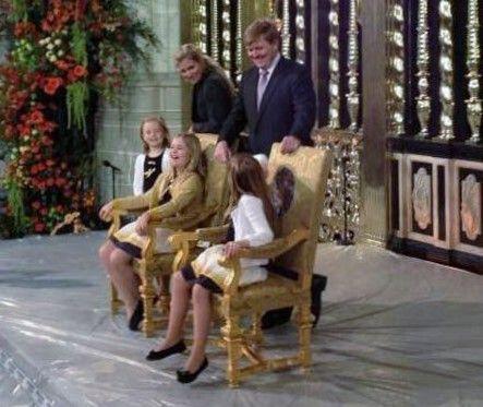 Repetitie troonwisseling - de prinsessen proberen de stoel voor hun ouders even uit, ze hebben de grootste lol. (NL)