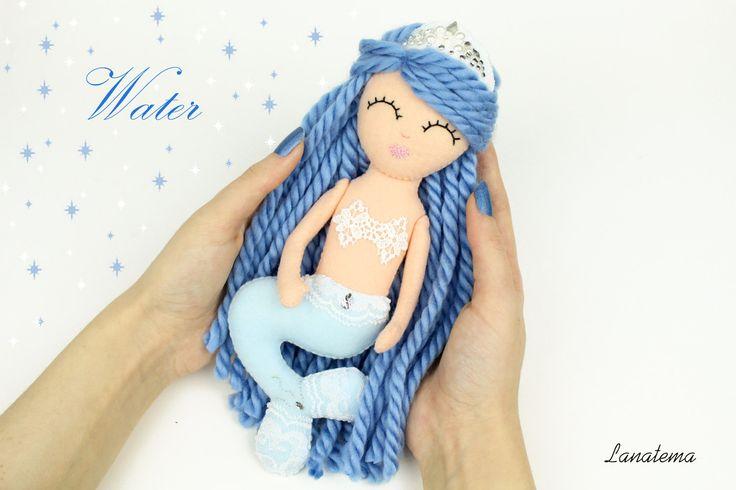 """Bambola sirena blu in feltro, regalo fatto a mano, bambola unica, sirena con corona, collezionista di bambole, sirena 4 elementi """"Acqua"""" di Lanatema su Etsy"""