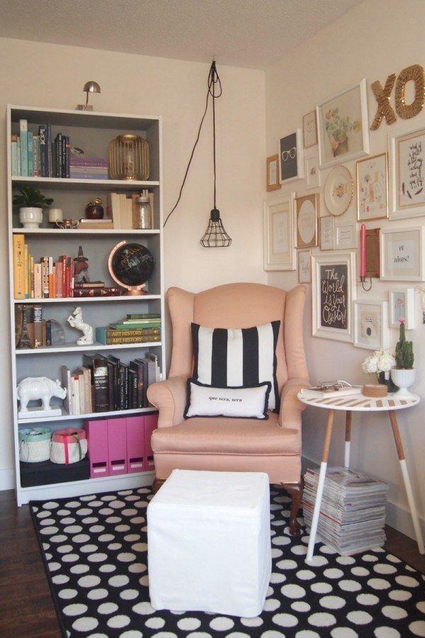 Toma una silla, una almohada y una mesa de tu casa y ponlas en otro lugar para hacer un rincón de lectura. | 17 Formas gratis de hacer tu apartamento más acogedor