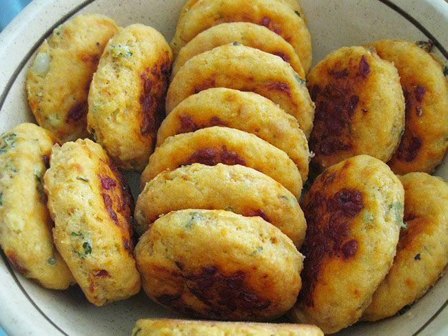 Sastojci:  250 g pasiranog kuvanog krompira  250 g margarina  400 g brašna       20 g kvasca  3 kašike ajvara  1/2 veze peršuna  Malo šeć...