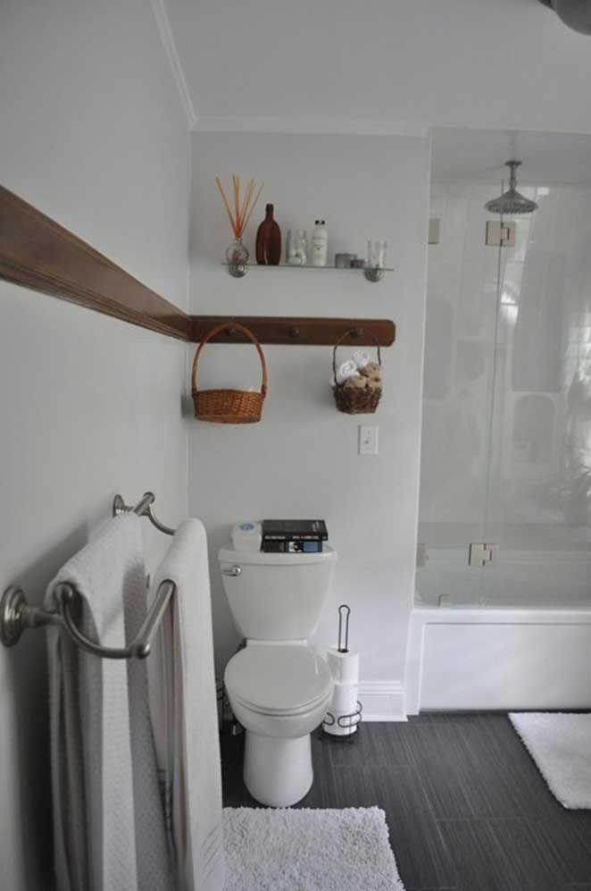 O que eu gostei nesse banheiro foram essas cestinhas penduradas, que aproveitam bem os espaços verticais deste cômodo, principalmente para quem mora em apartamentos que não tem opções de prateleiras para colocar os produtos de higiene íntima.