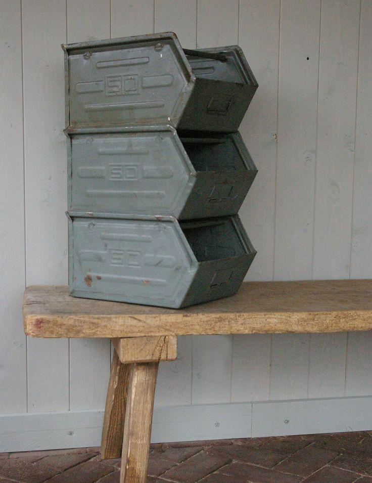 Stoere metalen opbergbakken. Handig op een ruige jongenskamer! Verkrijgbaar bij: www.oma-an.nl