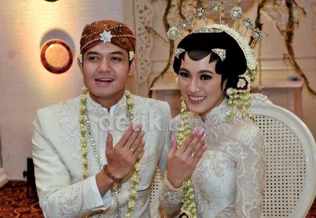 Dude Harlino Dan Alyssa Soebandono Resmi Menikah  Baca Selengkapnya: http://liputanlagi.com/artikel/267/celebrities/dude-harlino-dan-alyssa-soebandono-resmi-menikah.html