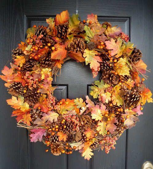 30 fall wreath ideas. Ribbon wreath.... Autumn# decor#. Couronne d'automne composée à l'aide de feuilles mortes, de pommes de pin. Joli décor de porte ou de fenêtre, intérieur ou extérieur.