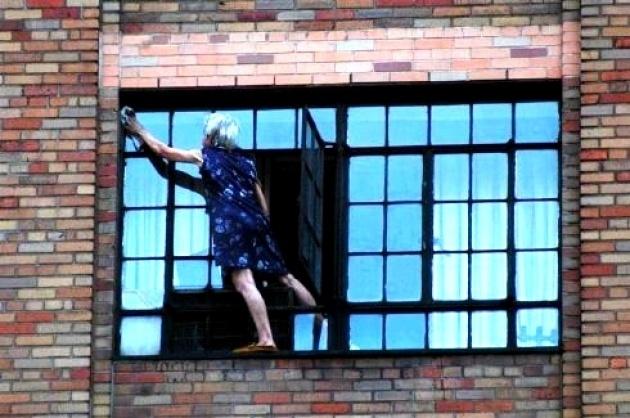 #vertigo El miedo a las alturas es algo muy normal pero hay gente que no le tiene miedo y ni siquiera le tiene respeto a poder caerse al vacio. Nada más miren a esta señora, que poco parece importarle su vida, limpiando las ventanas de su habitación a decenas de metros de altura.